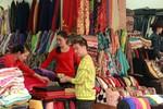 Bắt gặp Đàm Vĩnh Hưng đi chợ 'săn đồ giá rẻ'