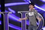 """Clip: """"Thảm họa"""" Quân Kun quì xin BGK cho hát ở Vietnam Idol"""