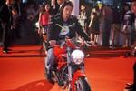 Johnny Trí Nguyễn cưỡi xe máy lao vào thảm đỏ sự kiện ở Hà Nội