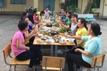 Cô Phan Tuyết khoe bữa tiệc tất niên trên sân trường