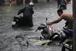 """Mưa lớn, người dân TP Hồ Chí Minh """"vật lộn"""" với dòng nước đen"""