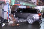 Xe ô tô 7 chỗ mất lái lao thẳng vào nhà dân, đâm chết 1 người