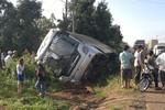 Xe khách chất lượng cao chở 38 người bị lật trên QL14