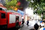 Hà Nội: Xưởng sơn bốc cháy dữ dội, nhiều người dân hoảng loạn