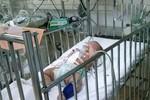 Bé gái 3 tháng tuổi bị đâm lòi ruột, ông bố bị nhiều vết cứa trên cổ
