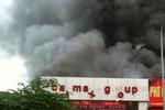 Hà Nội: Gara ô tô bốc cháy ngùn ngụt, cả khu phố náo loạn