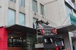 Công nhân lau kính bị rơi xuống từ tầng 7, sức khỏe đang nguy kịch