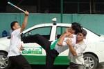 """2 thanh niên táo tợn """"thủ"""" dùi cui điện để cướp xe taxi"""