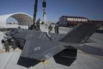 Xem cẩu máy bay F-35B của Không quân Mỹ