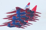 Video: Phi đội Hiệp Sỹ, Chim én của Nga phô diễn khả năng bay lượn