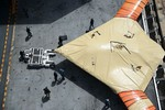 X-47B xuất hiện trên tàu sân bay, chuẩn bị thử hạ cánh bằng cáp hãm đà