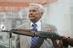 Cha đẻ súng trường AK-47 phải nhập viện bằng máy bay