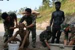 Chùm ảnh: Trên bãi tập Quân đội nhân dân Lào anh em
