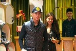 C. Ronaldo bảnh bao đưa bạn gái đi mua sắm