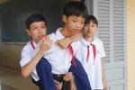 Cảm phục hai chị em đến trường trên một đôi chân