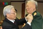 Đại tướng Lê Đức Anh nhận huy hiệu 75 năm tuổi Đảng