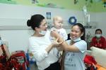 Lãnh sự danh dự Nam Phi cùng gia đình và sinh viên thăm bệnh nhi
