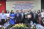 """Trao kỷ niệm chương """"vì sức khỏe nhân dân"""" cho Giáo sư Anthonny Wanye Mounts"""