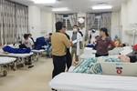 Nhiều người bị ngộ độc phải nhập viện do ăn bánh mì vỉa hè