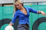 Hoa hậu đi làm... HLV bóng đá