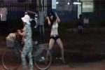 Kiều nữ nhảy khiêu dâm giữa phố Sài Gòn để... bán kẹo kéo