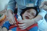 Nghi án bé 6 tuổi bị cha mẹ nuôi bỏ đói, bạo hành, phải xin ăn