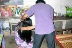 Bồ nhí chỉ đạo chồng dúi vợ vào bãi nước thải, lột trần giữa phố