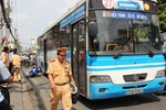 Giải cứu một phụ nữ bị kẹt tay dưới bánh xe buýt