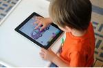Trẻ chậm nói, lập dị, cận nặng vì thường xuyên chơi với iPhone, iPad