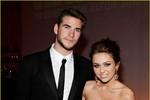 Miley Cyrus khóc trên sân khấu sau khi Liam Hemsworth có 'tình mới'