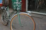 Cận cảnh chiếc xe đạp cà tàng, đắt ngang SH ở Hà Nội
