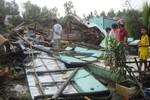 Lốc xoáy, mưa đá khiến người dân phải đi ở nhờ