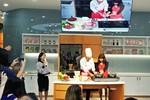 Tổng Giám đốc Ajinomoto mặc tạp dề vào bếp làm pizza tiếp khách