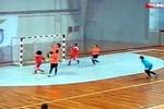 Tuyệt đỉnh futsal nữ: gắp bóng qua đầu rồi ghi bàn