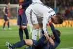 Cận cảnh pha ăn vạ bê bối của ngôi sao Barca