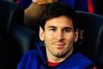 Messi lại có hành động kỳ quặc trên ghế dự bị