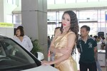 Người đẹp Việt tạo dáng sexy bên xe sang 'hút' khách tham quan