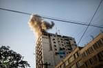 Israel đánh bom trúng tòa trụ sở của nhiều hãng truyền hình