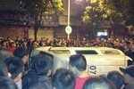 Trung Quốc: Dân quá khích lật đổ 3 xe cảnh sát