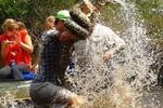 Video: Hướng dẫn viên du lịch vật lộn với trăn Miến Điện dài 3 m