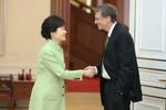 """Bill Gates bị báo Hàn chỉ trích vì bắt tay """"thô lỗ"""" với Tổng thống"""