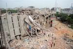 Một phụ nữ Bangladesh sinh con khi bị kẹt trong tòa nhà 8 tầng bị sập