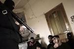 Quân đội Syria tìm thấy 2 thùng chất độc sarin tại hang ổ quân nổi dậy