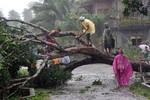 Bão Utor đổ bộ Philippines, 23 người mất tích