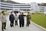 Kim Jong-un đi thăm trường cũ
