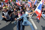 Thủ tướng Thái Lan kêu gọi bầu cử sớm, phe biểu tình vẫn chưa hài lòng
