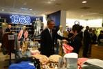 """Cận cảnh Tổng thống Obama mua áo """"Made in Việt Nam"""" tặng vợ"""
