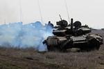Dân Ukraine tiếp tục chặn các đoàn xe vũ khí tiến tới biên giới Nga