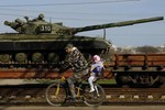 Tự vệ giáp biên Ukraine chuẩn bị bom xăng đối phó với Nga