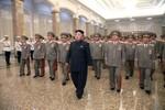 Kim Jong-un đi khập khiễng trong lễ kỷ niệm ngày mất Kim Nhật Thành